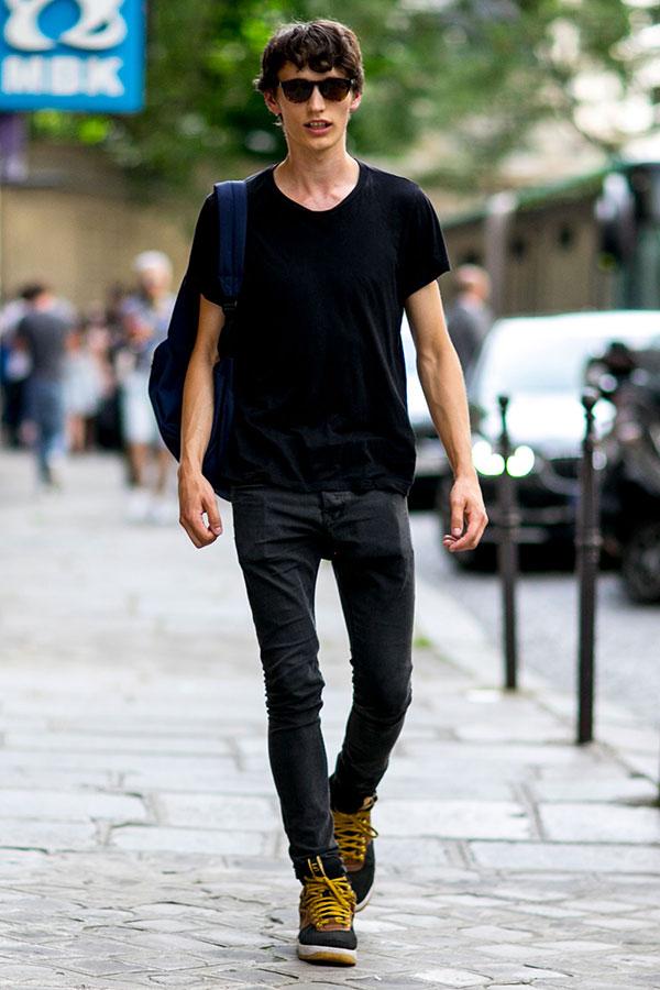 黒無地Tシャツ×ブラックジーンズ×黒ハイカットスニーカー