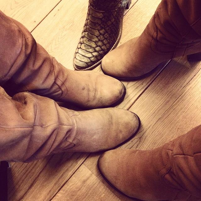 @lienverpoest heeft keihard dezelfde laarzen als ik. En Maartje wilde ook op de foto.