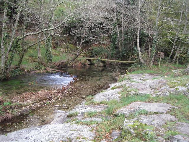 Sendero y puente en el PR-G 119 Ruta do Xabriña