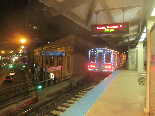 Another southbound Yellow Line Holiday Train arrives at Howard 'L' station