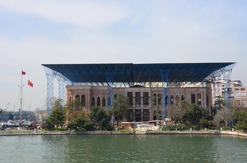 Unter einem provisorischem Sonnendach kann ein Palast renoviert werden