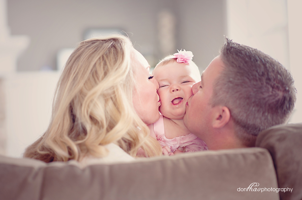 Hudsonville, Michigan baby photographer - family smush kiss