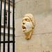 Masque en plâtre sur un pilier by zigazou76
