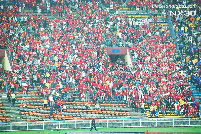 aff suzuki cup semi final 2014 vietnamese fans attacked 1