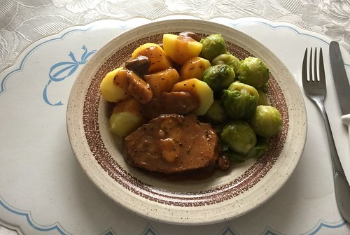 Pork roast with brussels sprouts & potatoes / Schweinebraten mit Rosenkohl & Kartoffeln