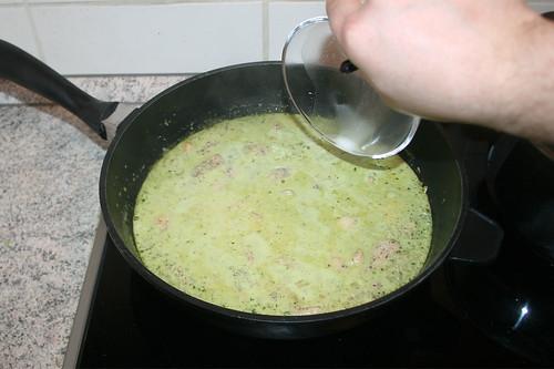 42 - Aufgelöstes Kartoffelmehl zur Sauce geben / Add dissolved potato flour