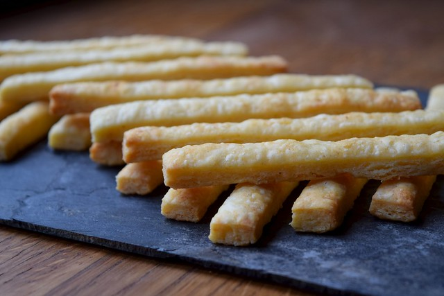 Cheese Straws For Drinks Nibbles #cheese #canape #snacks #party | www.rachelphipps.com @rachelphipps