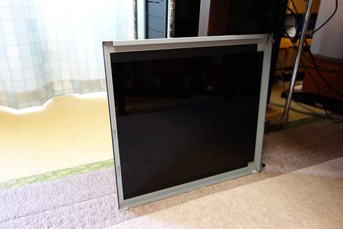 my PC_2 自作PCの外されて立て掛けられてある側板を撮影した写真。内側の面に黒色のアクリル板が貼ってある。