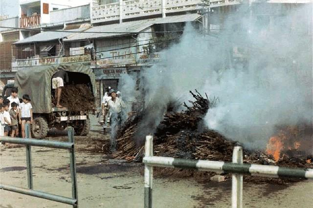 g0948 - Cảnh sát đốt một lượng cần sa lớn tịch thu được trong chiến dịch truy quét tại TP Cần Thơ tháng 7/1971