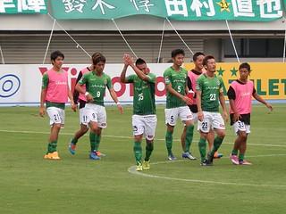 バックスタンドへの挨拶後、ピッチを横断する選手たち。
