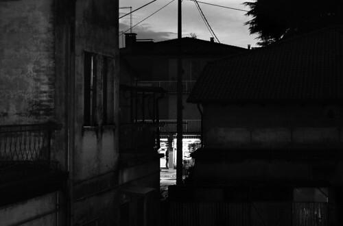 street city sunset urban blackandwhite bw monochrome shop grey monocromo blackwhite europa europe italia sundown sony streetlife bn negozio itali bianconero biancoenero città crepuscolo veneto dscw7 fontaniva provinciadipadova grogio