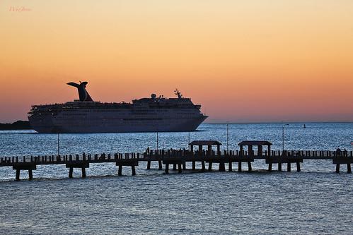 sunset people water stpetersburg pier paradise waves tampabay florida cruiseship np fortdesoto carinval fortdesotocountypark carnivallines wyojones