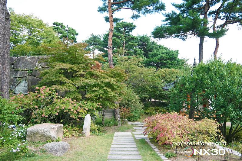 hee won garden autumn pathway