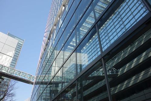 "Tokyo_25 東京都丸の内の ""東京国際フォーラム"" の写真。 ガラス張りの壁面と空中通路が画像に写っている。"