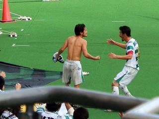 得点後、ユニフォームを脱ぎゴール裏に走って来た飯尾選手。