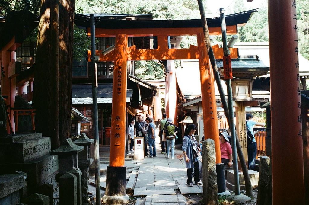 伏見稻荷 京都 Kyoto, Japan / Kodak ColorPlus / Nikon FM2 走一小段路之後紀錄一下眼睛所看到的。  老實說一路上都會注意鳥居上面貢獻者的地點,然後在大腦裡思考自己有沒有去過。  Nikon FM2 Nikon AI AF Nikkor 35mm F/2D Kodak ColorPlus ISO200 0993-0019 2015/09/29 Photo by Toomore