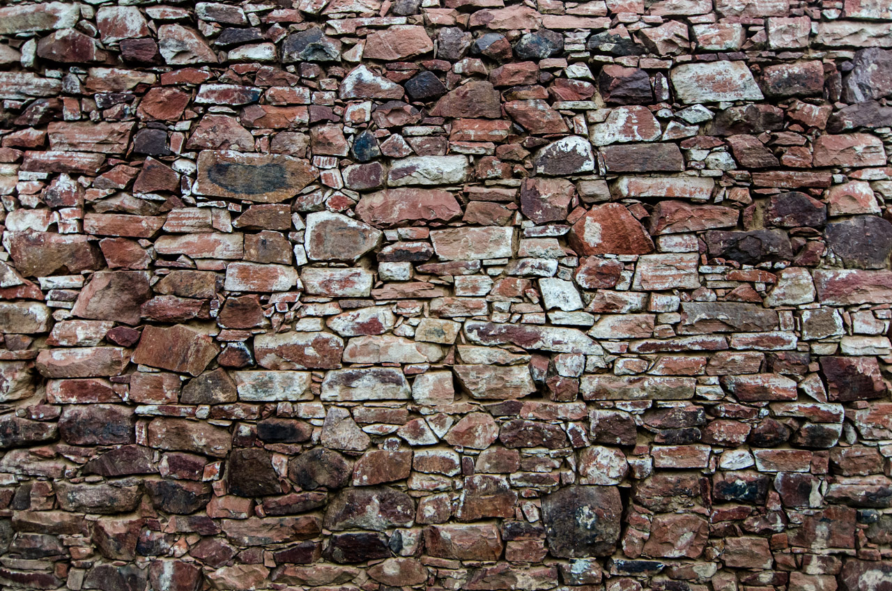 Las paredes de piedra de la casa donde vivía el músico Agustín Barrios, en la ciudad de San Juan, departamento de Misiones. Muchas partes de la infraestructura original se conservan en esta casa, revelando las características de la época en cuanto a las técnicas de mampostería usando piedras grandes y pequeñas. (Elton Núñez)