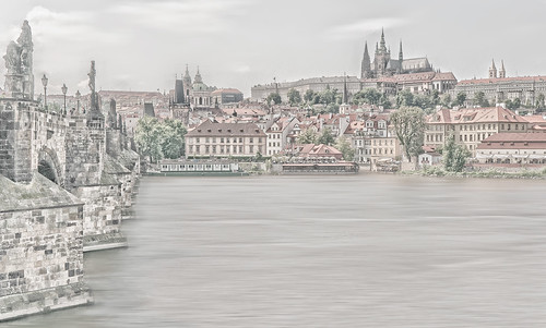 Charles-Bridge,-the-Castle-over-Vltava-river-v2,-Prague,-June-2010-DSC3278