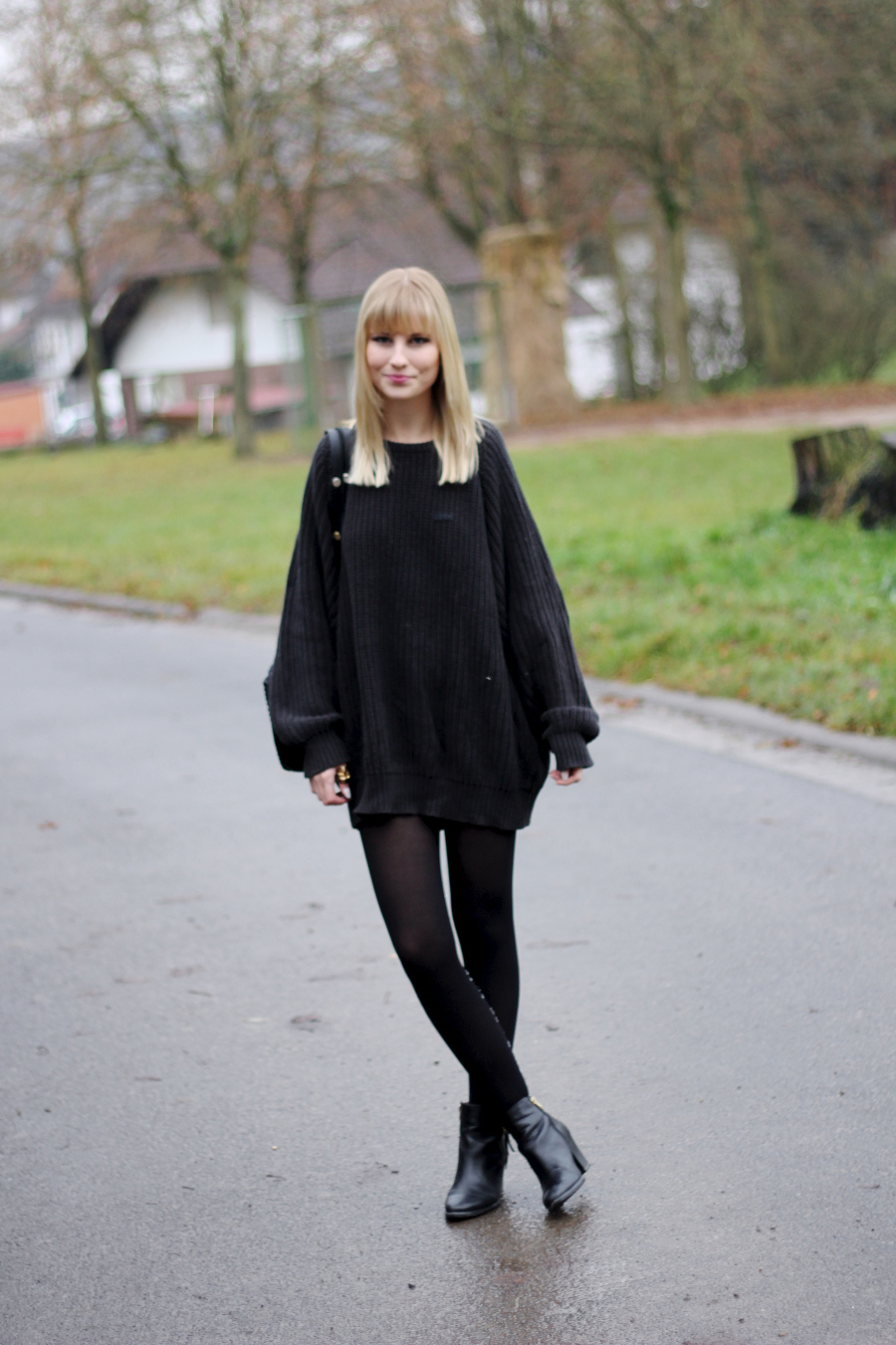 outfit-oversized-pullover-all-black-deep-blue-bagpack