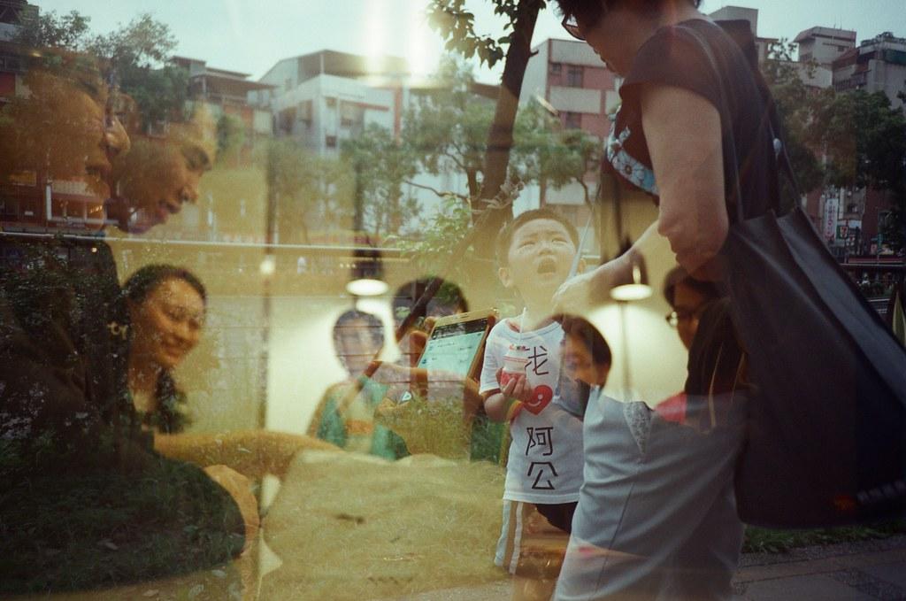 Double Exposure, Splitzer, Taipei, Taiwan / Fujifilm 500D 8592 / Lomo LC-A+ 這卷底片重曝的有點混亂!  這弟弟的衣服真可愛。  Lomo LC-A+, Splitzer Fujifilm 500D 8592 7395-0034 2016-05-04 ~ 2016-05-13 ISO200 P1:9.5~3.5 1~24 DayLight P2:3.5~9.5 1~24 Night Photo by Toomore