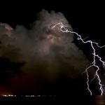 28. August 2013 - 0:00 - Un imponente fulmine cade nelle acque di Torre Lapillo. Sullo sfondo si vedono le luci Porto Cesareo.