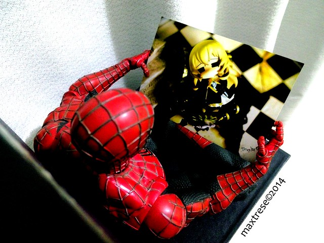Spider-man holding a Black Rock Shooter Nendoroid Chariot pic