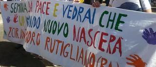 Lo striscione portato in marcia dai bambini dell'Aldo Moro