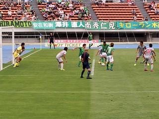 ニウド選手のシュートがゴール前の平本選手の足元に収まり、左足から強烈なシュート。
