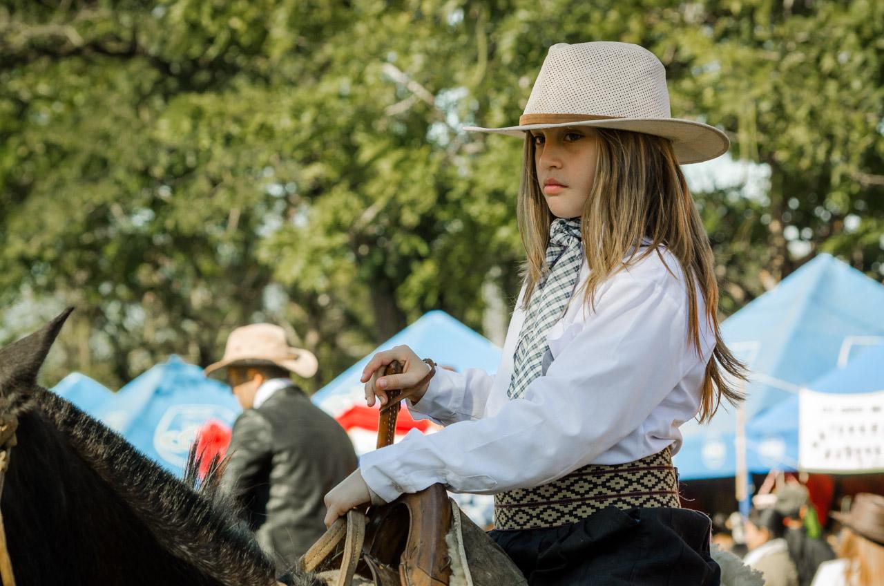 Una niña integrante de la Ganadería Ñasaindy espera el comienzo de presentación de caballerías en la fiesta del Ovecha Rague realizado el pasado 12 de junio en la ciudad de San Miguel, departamento de Misiones. (Elton Núñez)