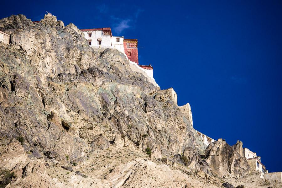 Монастырь Карша (Карша гомпа), Занкар. Вид снизу перед входом. © Kartzon Dream - авторские путешествия, авторские туры в Индию, тревел фото, тревел видео, фототуры