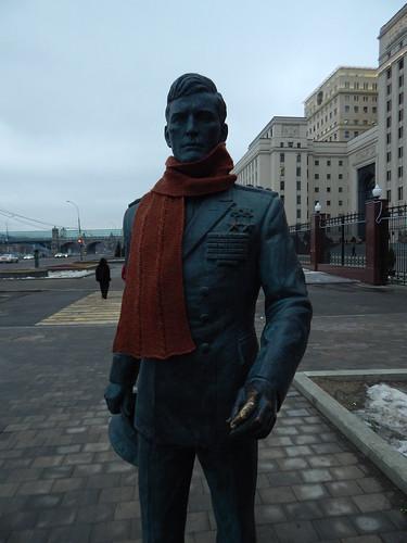 шарф со жгутами на памятнике перекинут
