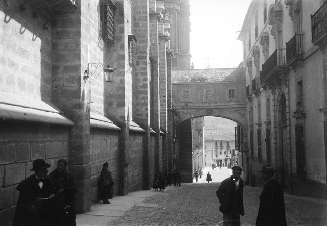 Arco de Palacio en 1899. Fotografía de René Ancely © Marc Ancely, signatura ANCELY_1899_2539_2543