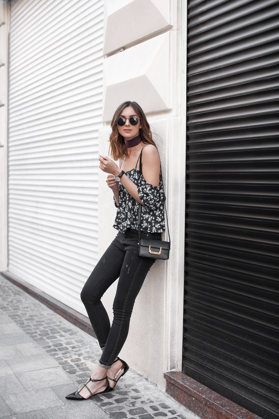 skinny-jeans-off-shoulder-top-outfit-street-style