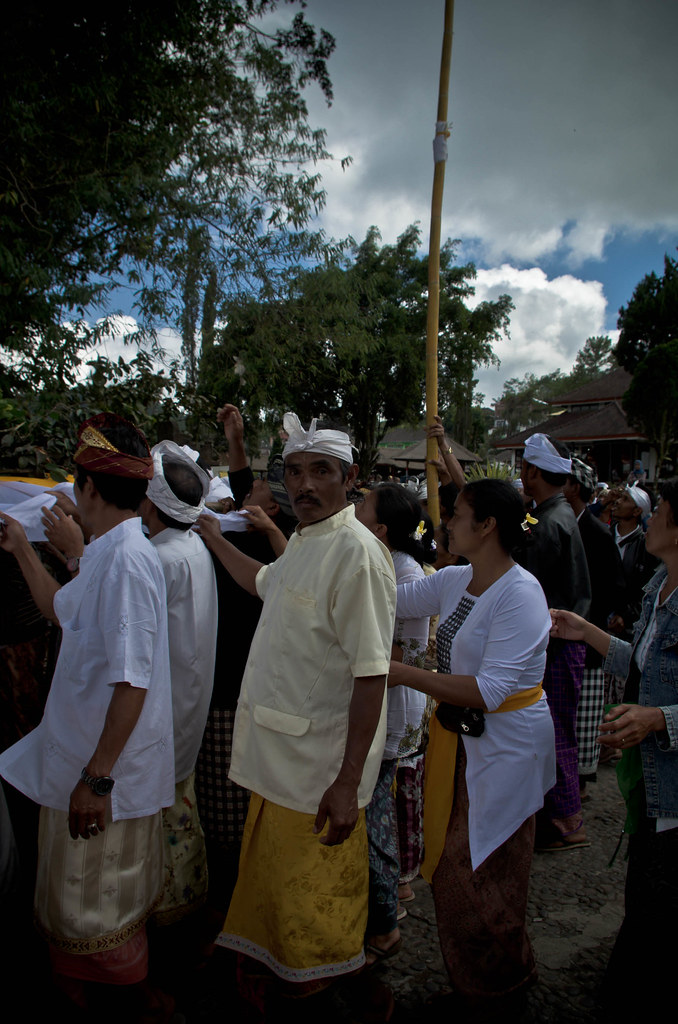 Procession : Homme Balinais et Ceremonie du Banyan