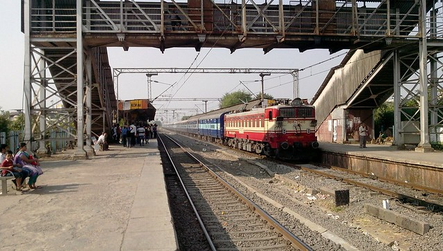 BRC WAG-5P #23405 Hauled 11102 Gwalior - Pune  Express at Upper Kopar...!!!