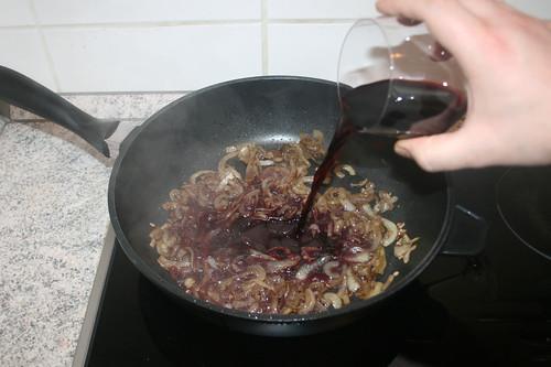 28 - Mit Rotwein ablöschen / Deglaze with red wine