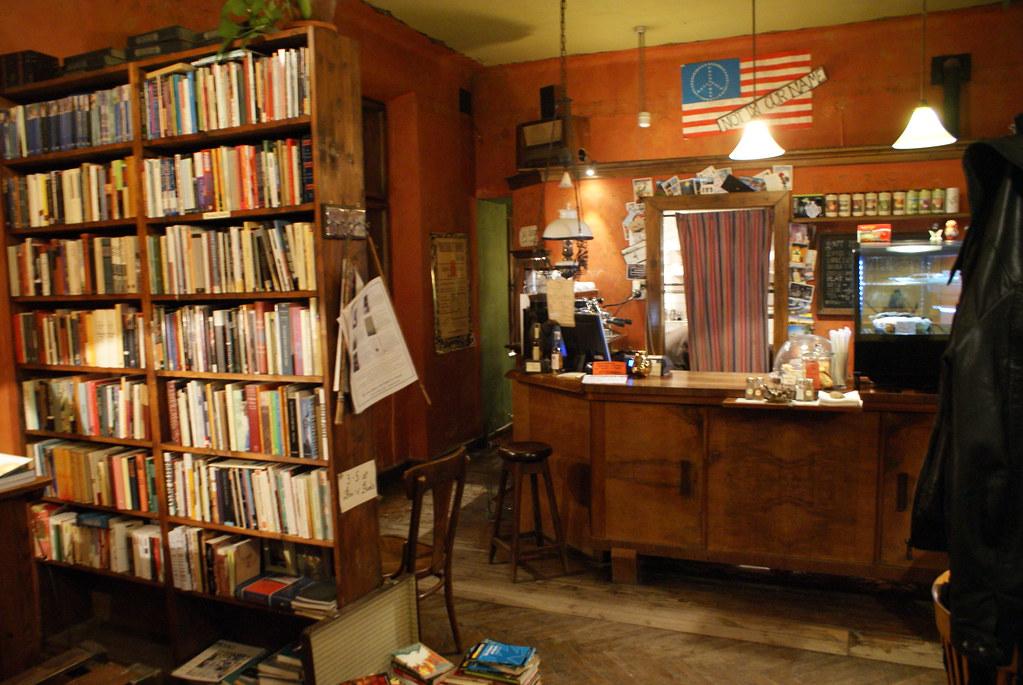 > Comptoir du café de la librairie Massolit de Cracovie.