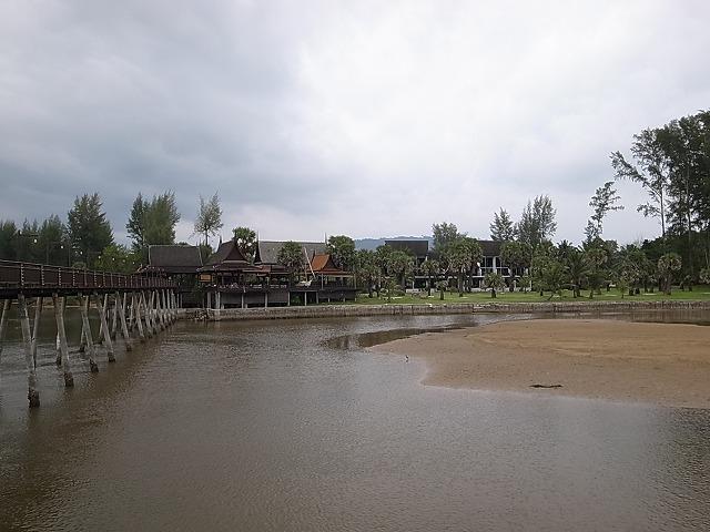 <p>f)<br /> この池?沼?川?を渡るための橋</p>