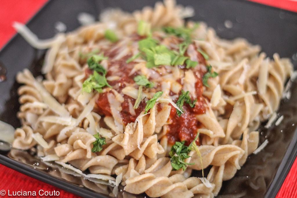 Fusili integrais ao molho de tomate e funghi