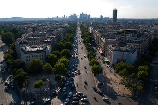 Vue sur l'Avenue de la Grande Armée et le quartier de La Défense depuis le sommet de l'Arc de Triomphe