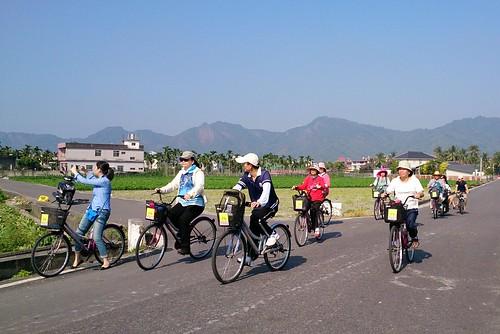 遊客利用腳踏車行走美濃水圳之路,貫串美濃平原,了解水與農業緊密相連的關係。