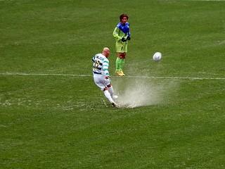 試合前に降り続いた大雨の影響でピッチには水が浮いている箇所も