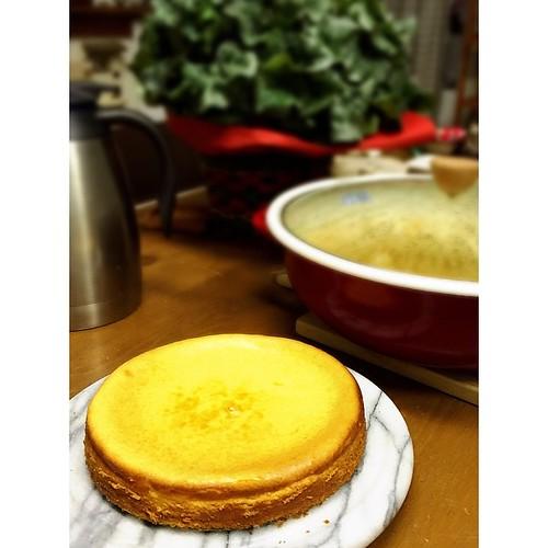 チーズケーキ焼き上がり〜(^_−)−☆ポトフも下準備迄。ホワイトソースも美味しく出来ました💕明日グラタン完成させます。他には、パエリアもどきに、カナッペに、スモースサーモンのサラダ(^^)私たち食べるのに専念するから、来る人は自習よ〜(^^;;Amiより。