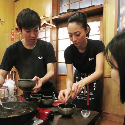 ムジナ肉のすき焼きのあとは、〆めのカラスミそば、これまた美味い。