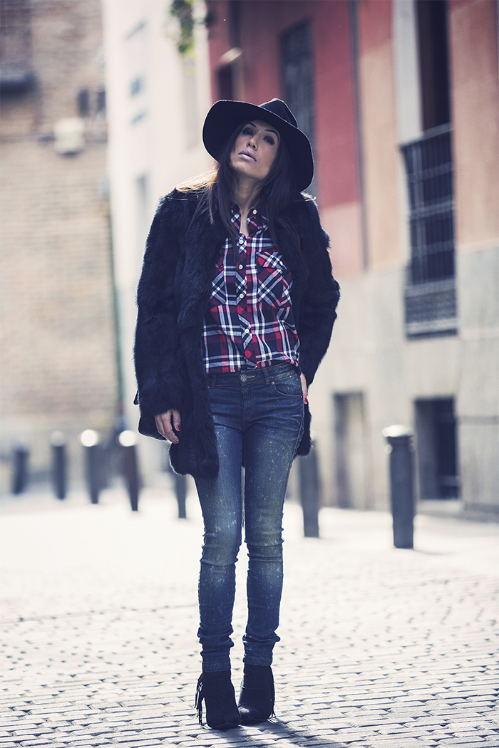 street style barbara crespo black hake coat chanel bag pepe jeans hat fashion blogger outfitt blog de moda