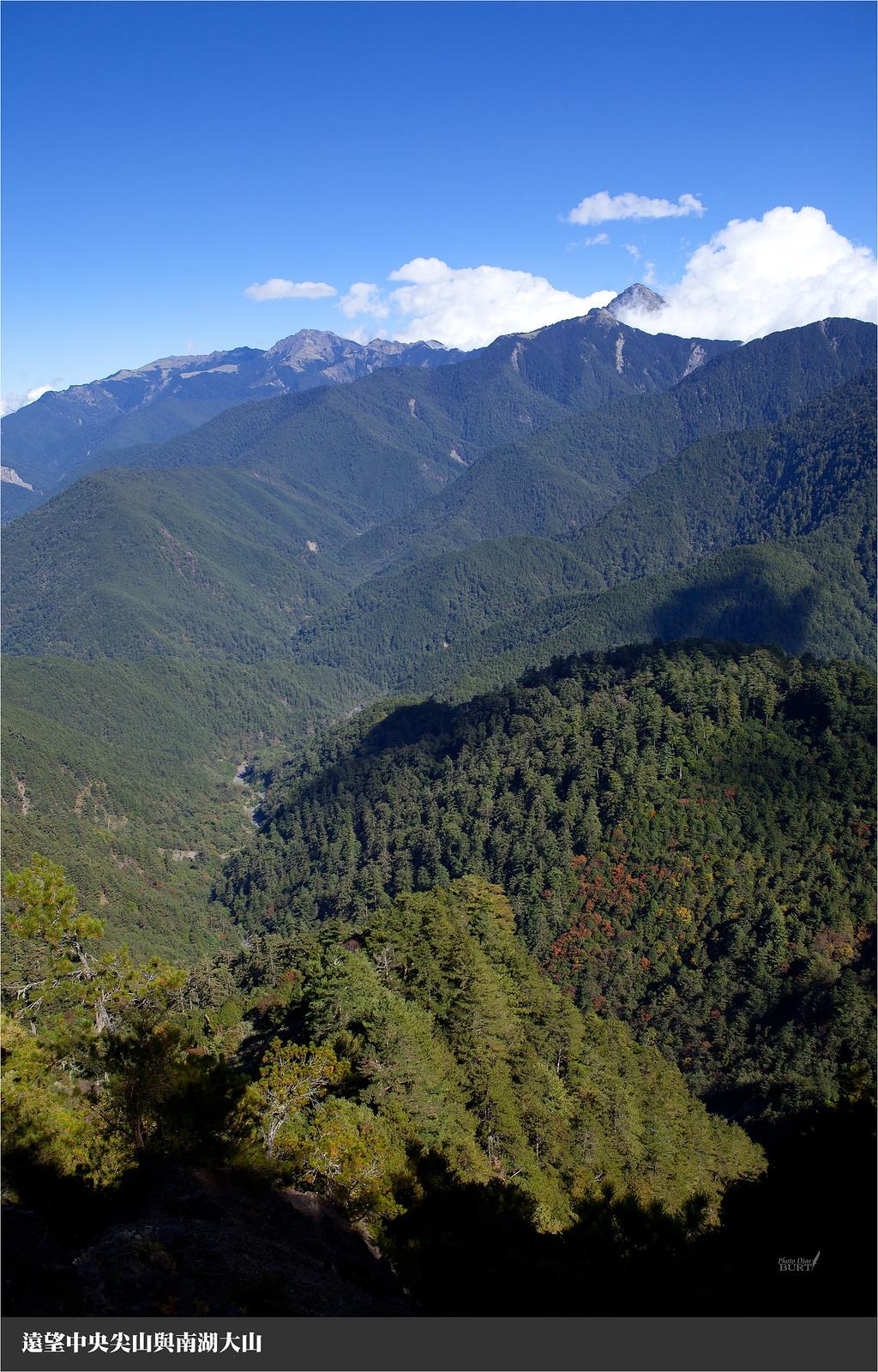 遠望中央尖山與南湖大山