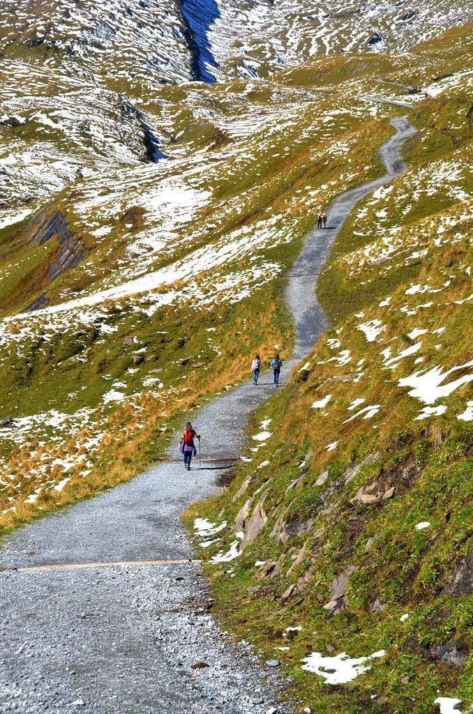 Haciendo senderismo en Suiza por cuestas empinadas