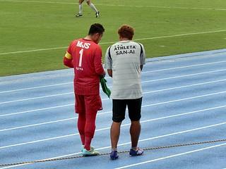 ピッチに戻る前に土肥洋一GKコーチから入念な指示を受ける佐藤優也選手。