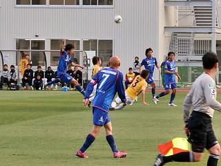 ペナルティエリア外からミドルシュートを打たれるも梶川選手と深津選手が体を張ってこれを阻む