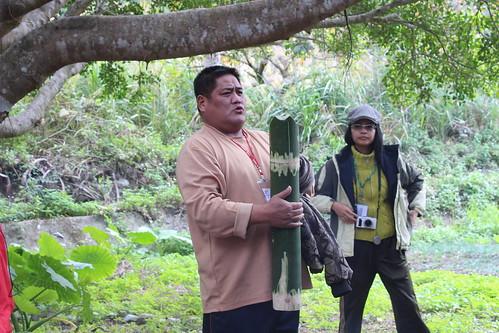 卡助Sinsi說明竹筒取水的規則。